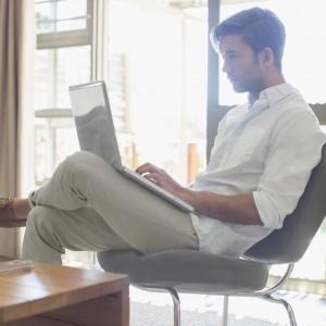Man med dator i knät